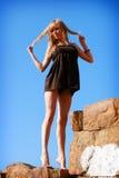Chica joven en el cielo azul del fondo Fotografía de archivo