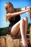 Chica joven en el cielo azul del fondo Fotos de archivo