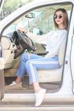 Chica joven en el coche de lujo Imagen de archivo libre de regalías