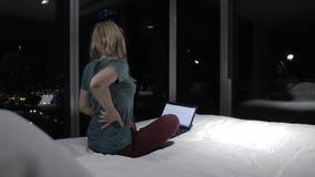 Chica joven en el cuarto por la tarde metrajes
