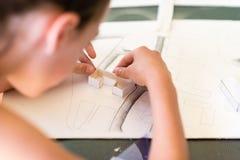 Chica joven en el curso del diseño arquitectónico para los niños - Fotos de archivo