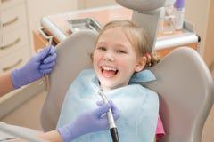 Chica joven en el dentista, tratamiento dental Imagen de archivo libre de regalías