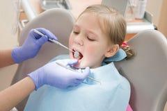 Chica joven en el dentista, tratamiento dental Imágenes de archivo libres de regalías