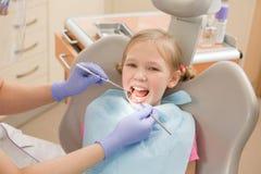 Chica joven en el dentista, tratamiento dental Imagen de archivo