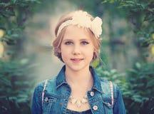 Chica joven en el fondo verde del follaje al aire libre Fotos de archivo libres de regalías