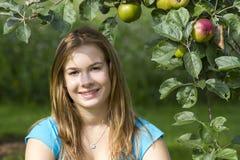 Chica joven en el jardín Fotografía de archivo