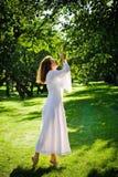 Chica joven en el jardín Foto de archivo libre de regalías
