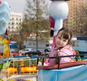Chica joven en el parque de atracciones Imágenes de archivo libres de regalías
