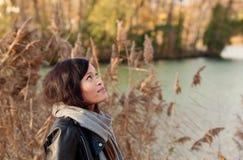 Chica joven en el parque del otoño Foto de archivo libre de regalías