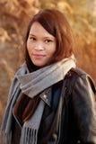 Chica joven en el parque del otoño Foto de archivo