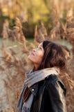 Chica joven en el parque del otoño Imagen de archivo
