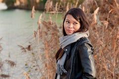 Chica joven en el parque del otoño Imágenes de archivo libres de regalías
