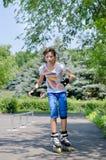 Chica joven en el parque del patín Imagenes de archivo