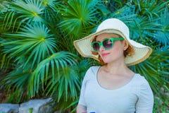 Chica joven en el parque en vidrios verdes Fotografía de archivo libre de regalías
