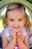 Chica joven en el patio imagen de archivo