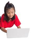 Chica joven en el piso con el ordenador portátil III Foto de archivo libre de regalías
