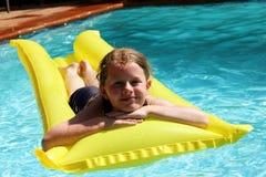 Chica joven en el poolside Imagenes de archivo