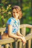 Chica joven en el puente de madera Imagen de archivo libre de regalías