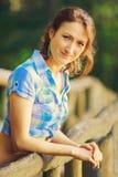 Chica joven en el puente de madera Fotografía de archivo libre de regalías