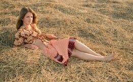 Chica joven en el rastrojo Imagen de archivo