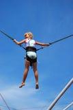 Chica joven en el salto de la cuerda Imágenes de archivo libres de regalías