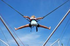 Chica joven en el salto de la cuerda Fotos de archivo libres de regalías