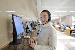 Chica joven en el servicio de ayuda en la biblioteca de Shangai fotografía de archivo libre de regalías