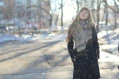 Chica joven en el sol de la tarde Foto de archivo libre de regalías