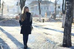 Chica joven en el sol de la tarde Fotografía de archivo