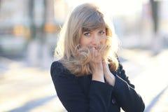 Chica joven en el sol de la tarde Fotos de archivo