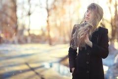 Chica joven en el sol de la tarde Fotografía de archivo libre de regalías