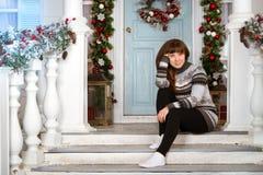 Chica joven en el suéter que espera el Año Nuevo, la Navidad Fotografía de archivo