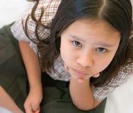Chica joven en el uniforme escolar que presta la atención Fotografía de archivo