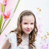 Chica joven en el vestido blanco entre las flores Fotos de archivo libres de regalías