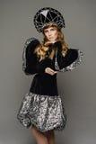Chica joven en el vestido del estilo ruso Fotos de archivo libres de regalías