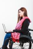 Chica joven en el web que practica surf de la silla de ruedas Foto de archivo