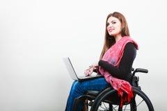 Chica joven en el web que practica surf de la silla de ruedas Foto de archivo libre de regalías