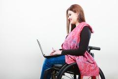 Chica joven en el web que practica surf de la silla de ruedas Fotos de archivo