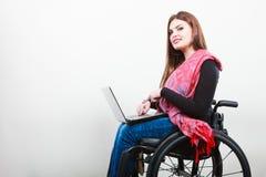 Chica joven en el web que practica surf de la silla de ruedas Fotografía de archivo libre de regalías