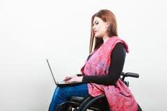 Chica joven en el web que practica surf de la silla de ruedas Imagen de archivo libre de regalías