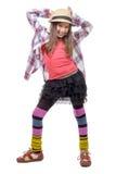 Chica joven en estilo del inconformista con el sombrero Imagen de archivo