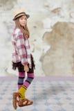 Chica joven en estilo del inconformista con el sombrero Fotos de archivo libres de regalías