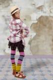 Chica joven en estilo del inconformista con el sombrero Imagenes de archivo