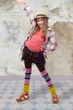 Chica joven en estilo del inconformista con el sombrero Fotografía de archivo