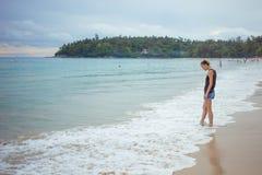 Chica joven en fondo azul del mar País tropical Ondas de la playa Puesta del sol amanecer E Fotografía de archivo libre de regalías