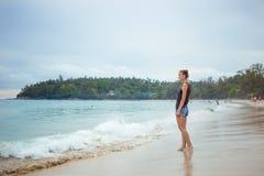 Chica joven en fondo azul del mar País tropical Ondas de la playa Puesta del sol amanecer E Fotografía de archivo