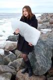 Chica joven en fondo de un mar del invierno Foto de archivo