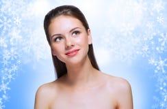 Chica joven en fondo del invierno Fotografía de archivo libre de regalías