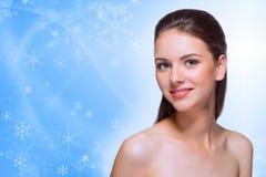 Chica joven en fondo del invierno Foto de archivo libre de regalías
