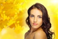 Chica joven en fondo otoñal Imagen de archivo libre de regalías